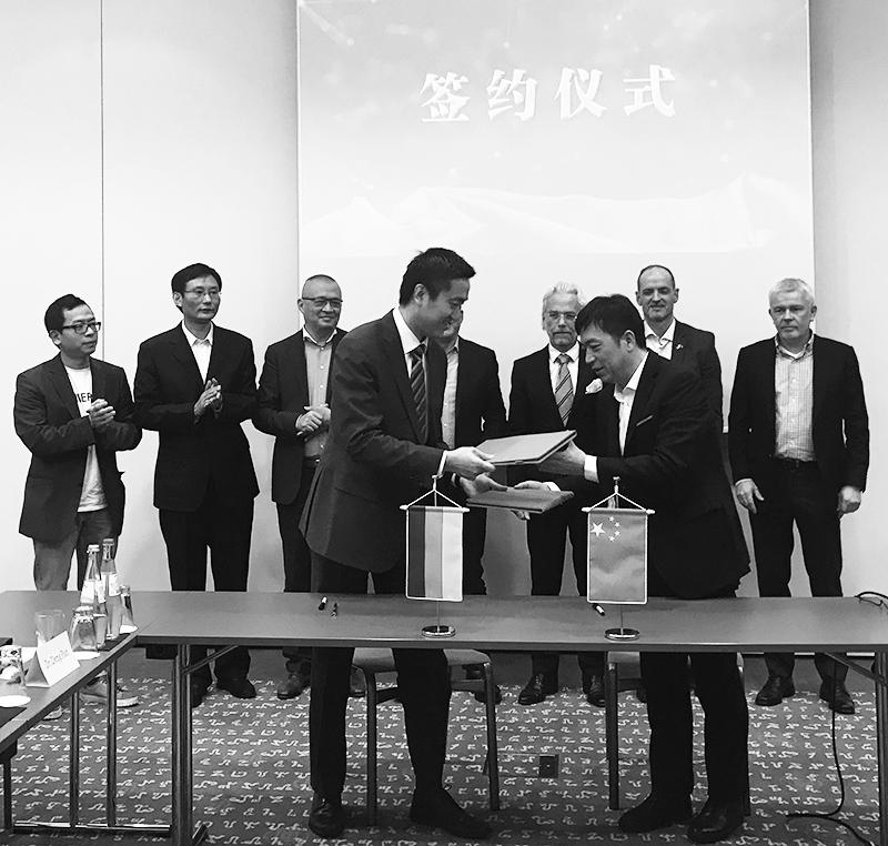 Josef Guan und Chen Jiang tauschen die Kooperationverträge. Im Hintergrund dazwischen EUROKO-Chef Hansjörg Kopp und rechts neben ihm Carbonaut Torsten Becker
