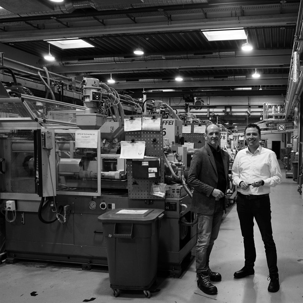 Carbonaut Torsten Becker and Matthias Honeck at the injection molding machines