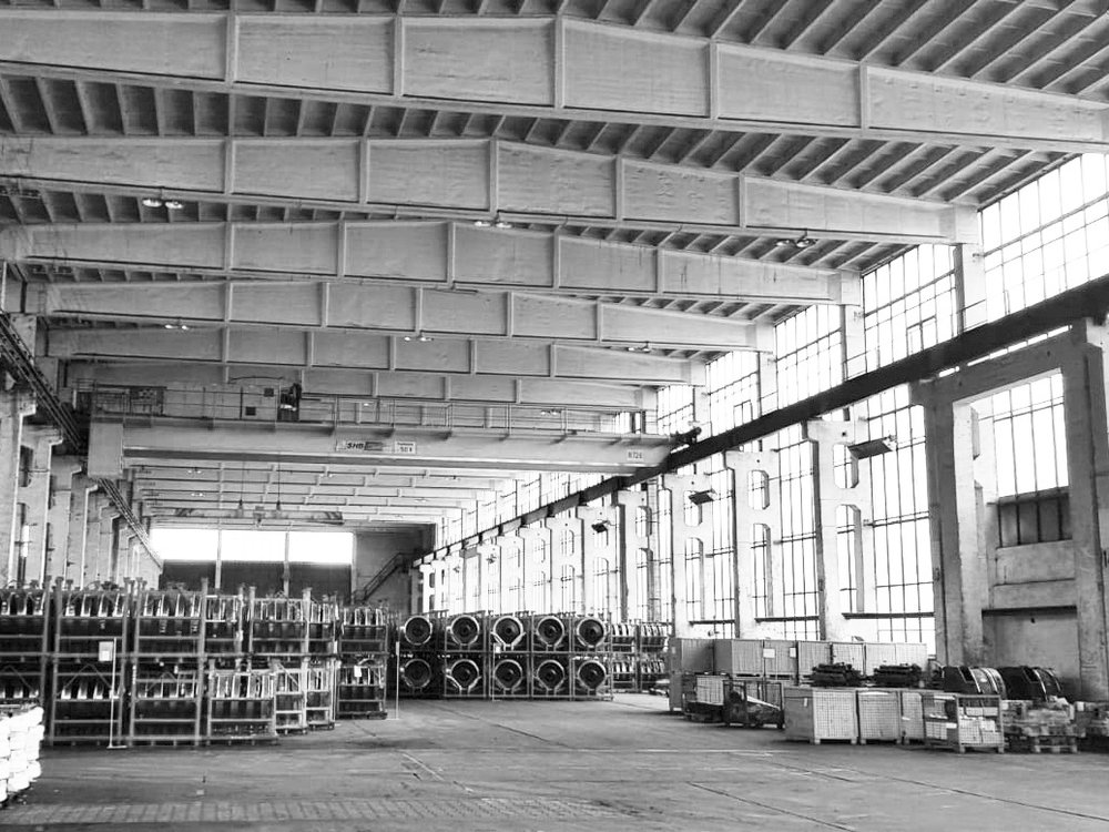 The former rolling mill: The future production hall with existing crane system and large outside areas
