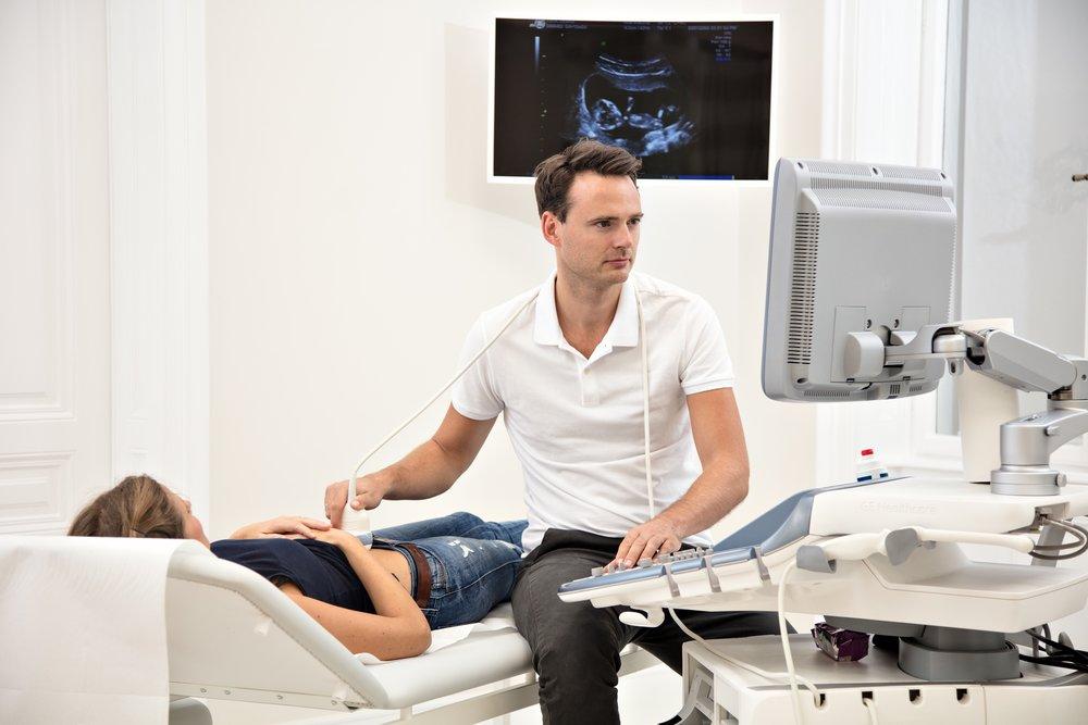 Leistungen - Als Facharzt für Frauenheilkunde und Geburtshilfe und Oberarzt an der Universitätsklinik für Frauenheilkunde der Medizinischen Universität Wien biete ich meinen Patientinnen ein breites Spektrum aus Gynäkologie und Geburtshilfe. Das Wohl und die Zufriedenheit der Patientin stehen dabei im Mittelpunkt. In meiner Ordination habe ich mir zur Mission gemacht, kompetente Abklärung, individuelle Beratung und optimale Behandlung durch stetige Weiterbildung und modernste Geräte zu gewährleisten. Im Falle eines stationären Aufenthaltes in einem Privatspital oder an der Universitätsklinik für Frauenheilkunde (AKH Wien) betreue ich Sie durchgehend persönlich.