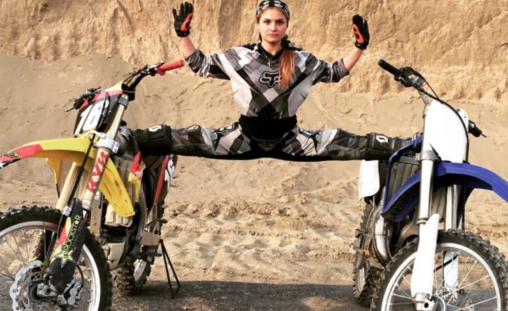 Deze Iraanse motorcrosser strijdt voor gelijkheid - Als ze komt aanrijden is ze net als iedere andere motorcrosser in Iran. Maar zodra ze haar helm af doet ziet iedereen wie ze werkelijk is: een vrouw.