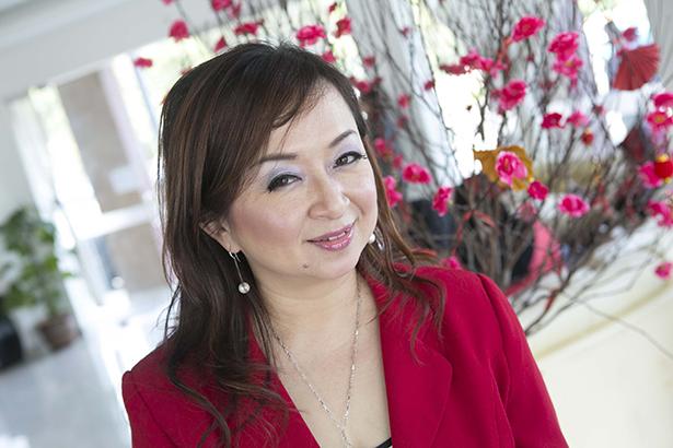 Maleisische vrouwen werken aan hun eigen toekomst - Maleisië scoort slecht op de internationale genderindexen. Vrouwen worden er met name op de werkvloer achtergesteld. De regering is niet in staat effectieve maatregelen te treffen tegen deze ongelijkheid. Daarom nemen steeds meer Maleisische vrouwen zelf het initiatief. Ook Eliza Goh, eigenaresse van Zara's Boutique Hotel. (2014)