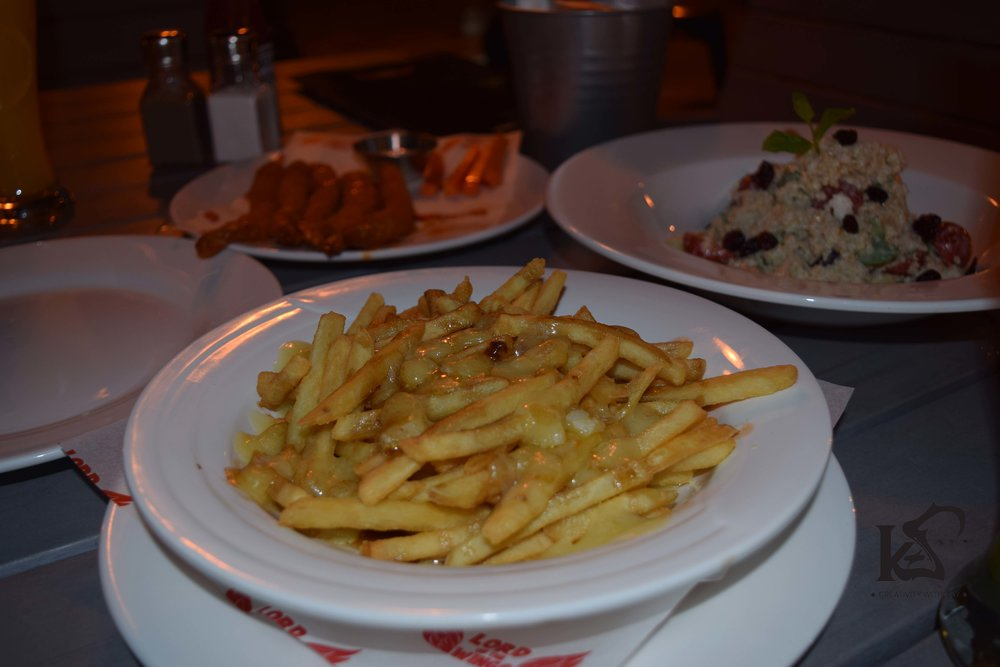qatar-blogger-khansa-lord-of-the-wings-poutine