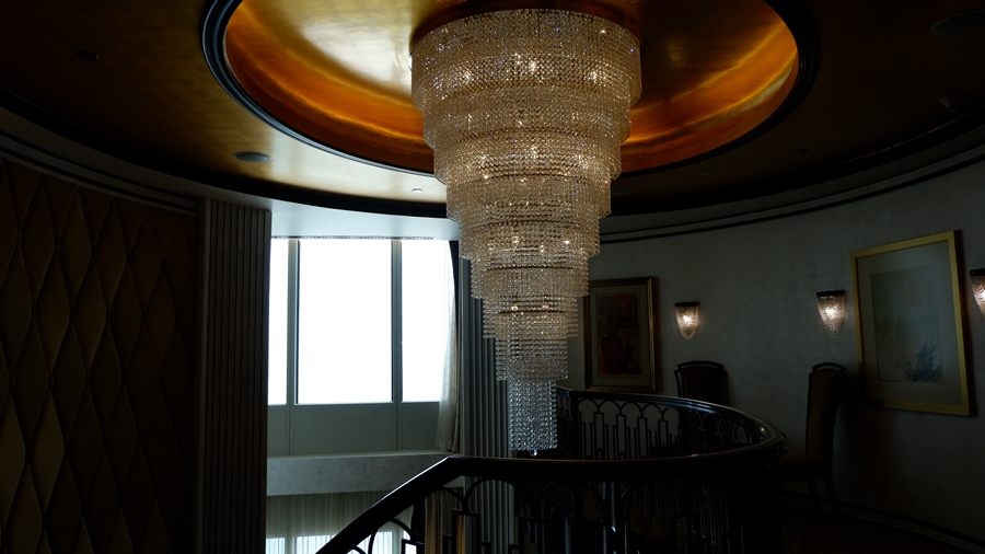 abudhabi-suite-big-chandelier.jpg