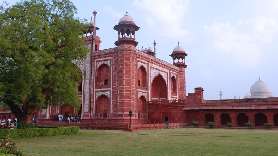 taj-mahal-gate-peak.jpg