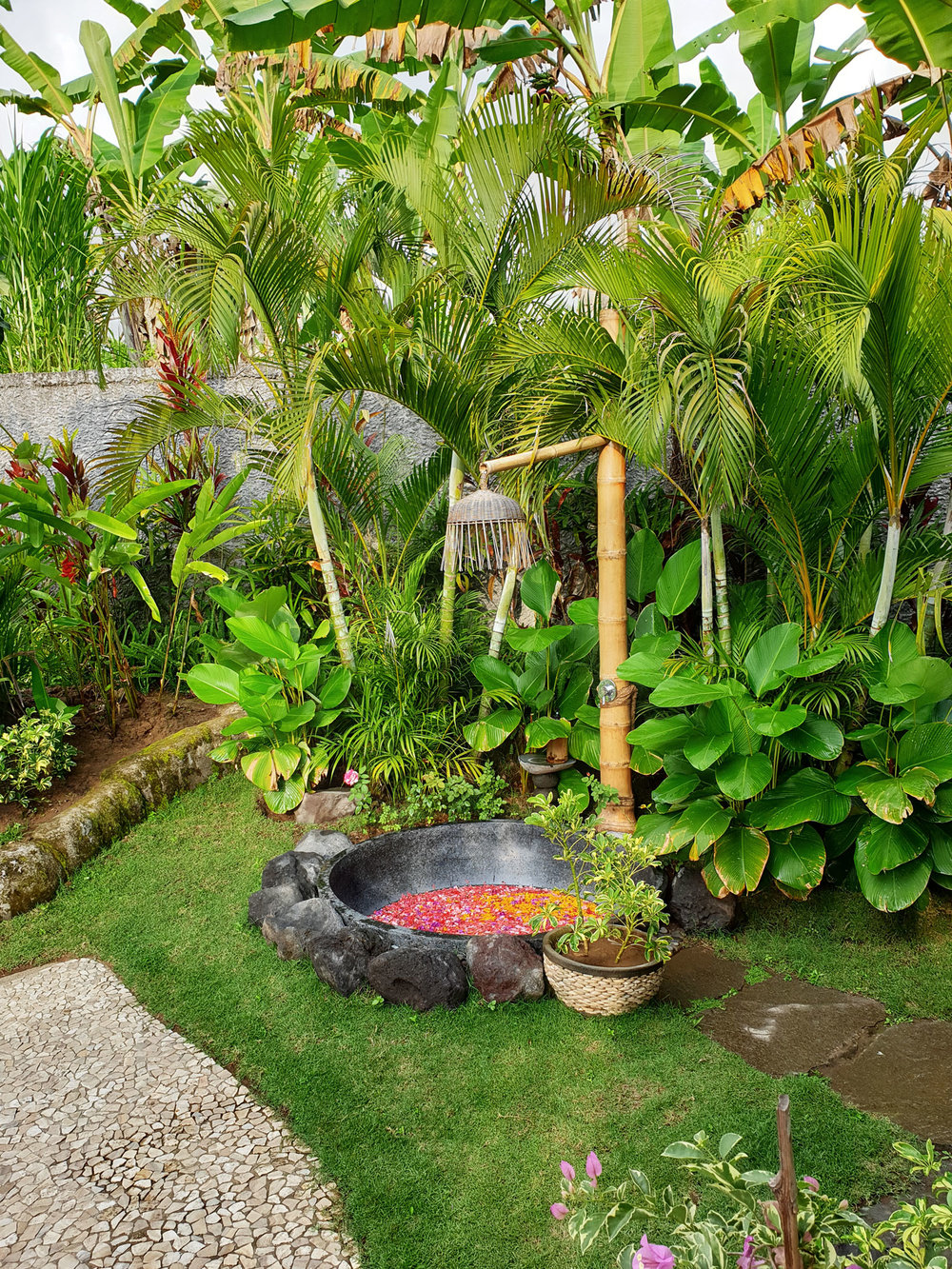 villanirvana_outdoorbath.jpg