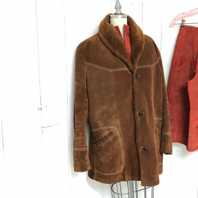 Suede Day @epb_vintage! Another superb 1970s piece. Heavy duty for snow days. Warm brown suede coat with fuzzy faux shearling inside. Shown on a size Small mannequin, but size is a Men's 42, so about a size Large. 🤷🏻♀️ You decide, baggy or fitted. $60 . . . @a_fine_frock @poodlepantz @kylaishair #maximalism #vintageclothing #maximalist #vintage #lnkstyle #downtownlnk #leather #suede #vintageleatherjacket #vintageleather #albuquerque