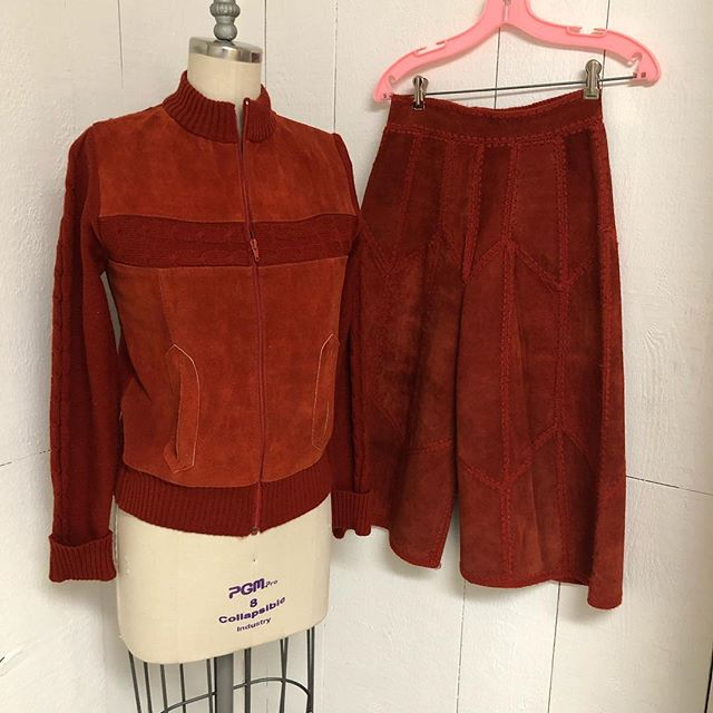 70s Leather/Sweater Gaucho set. Earth tone lovers, this is the duo for you. Rich rich burnt orange. Waist of gauchos flat 13. Would best fit a modern XS/S. This would be a keeper if our size. 😔 $70 for both. . . . @a_fine_frock @poodlepantz @kylaishair #maximalism #vintageclothing #1970sfashion #1970s #orangeisthenewblack #vintage #vintagefashion #lnkstyle #downtownlnk #omahafashion #vintageleather #suede #suedebaby #gauchos #gauchopants #gauchostyle
