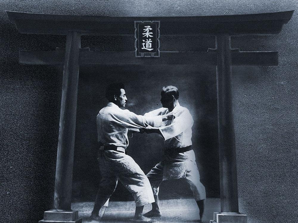 """LE COMBAT AU CORPS À CORPS (JUDO) - JIGORO KANO créa le Judo à la fin du 19ème siècle. C'était une """"nouvelle forme de Jujitsu"""", épurée de toutes ses techniques dangereuses.Ici, nous entrons directement en contact, le but étant de faire tomber son adversaire en utilisant son énergie. Une """"souplesse"""" du corps, mais aussi et surtout une """"souplesse"""" de l'esprit. Le Judo est une EXCELLENTE base. Un moyen d'acquérir tous les piliers nécessaires pour le chemin martial. Valeurs, attitudes, philosophie, spiritualité, techniques, formes de corps, tout devient un acquis solide pour les pratiques futures…quelle qu'elles soient."""