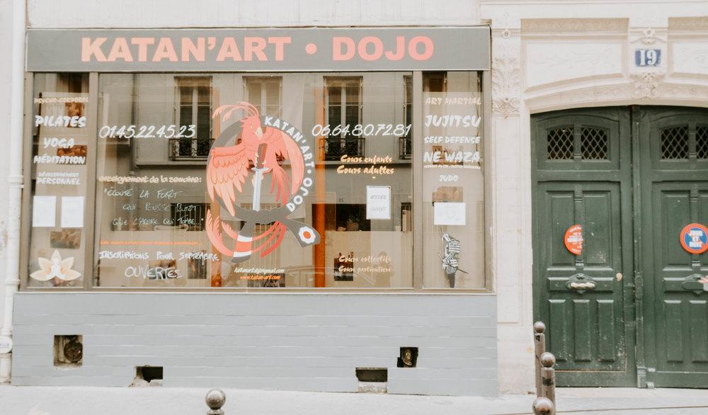 LA PORTE DU DOJO - C'est à travers cette porte que vous pourrez avoir accès au enseignement traditionnels. Philosophies des arts martiaux, art de vivre, techniques spécifiques de préparation physique et mentales, textes et écrits ainsi que, là aussi…des formations!