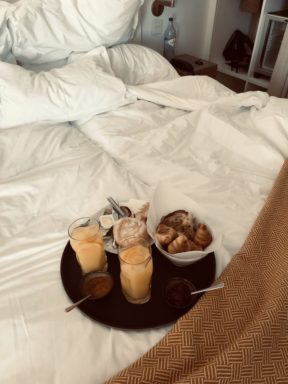 Breakfast in bed. - I could get used to that.