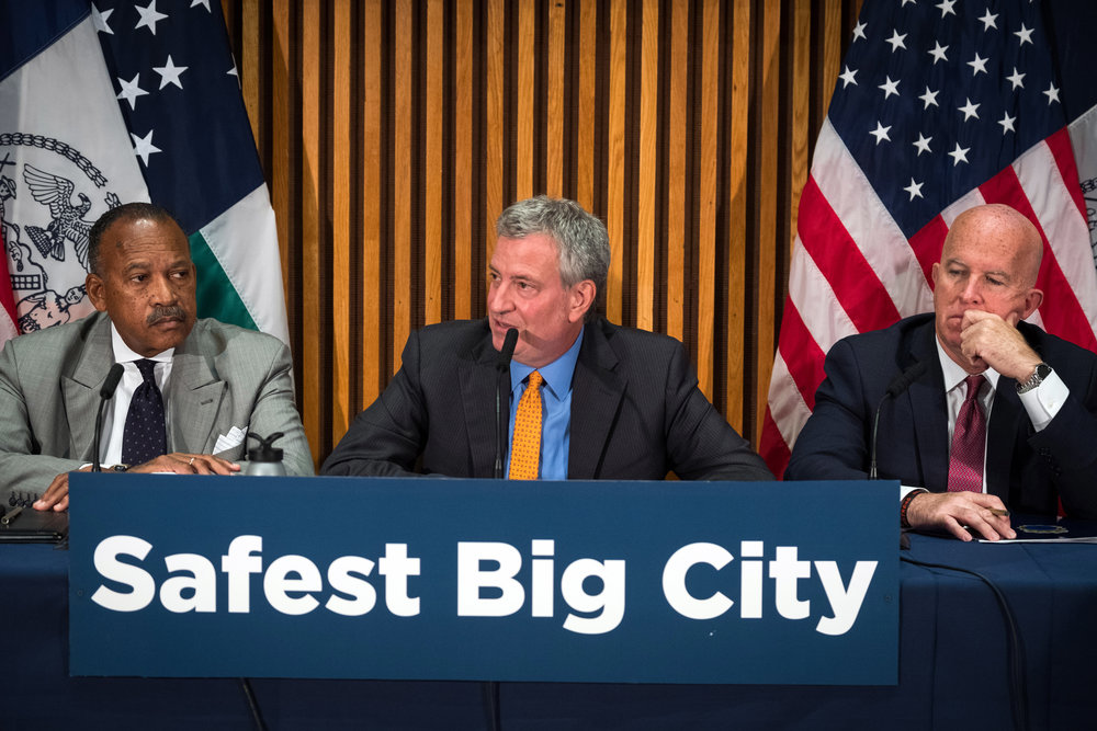 Mayor Bill de Blasio (center) and NYPD Commissioner James O'Neill (right) hailed an overall drop in major crimes citywide, but murder and rape have both increased significantly in Queens this year. // Photo by Ed Reed/Mayoral Photography Office.