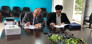 Touro Law Associate Dean Rodger Citron and South China Normal University Dean Zhang Yongzhong sign a Memorandum of Understanding to enable students from SCNU to study at Touro. Photo courtesy of Touro Law.