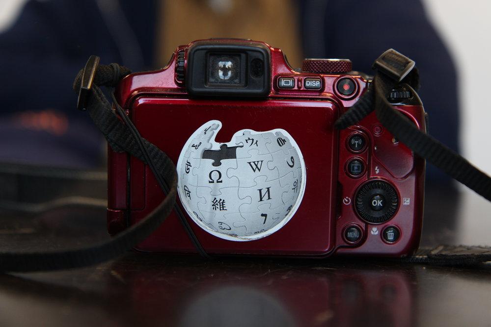 Jim Henderson's camera, a Nikon P610, features a Wikipedia logo sticker.  Eagle  photo by Jonathan Sperling.