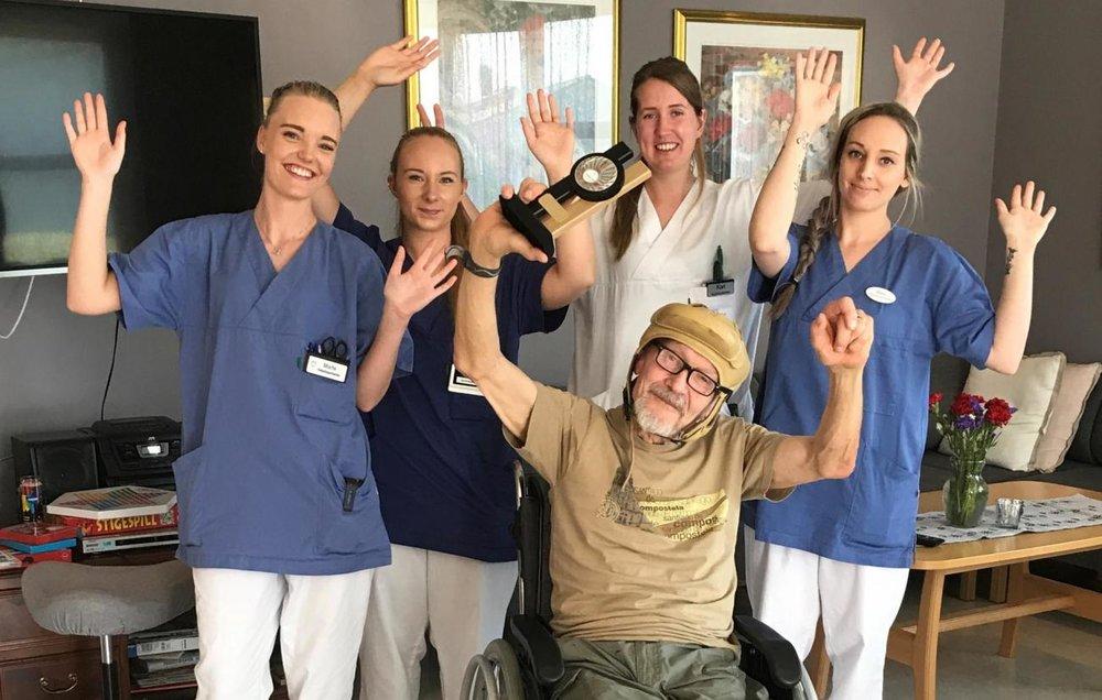 HYLLER STØTTEAPPARATET: Verdensmester og nå vinner av prøve-VM, Eirik Næss, hyller det flinke støtteapparatet på Meland sjukeheim: (FOTO: Motitech)