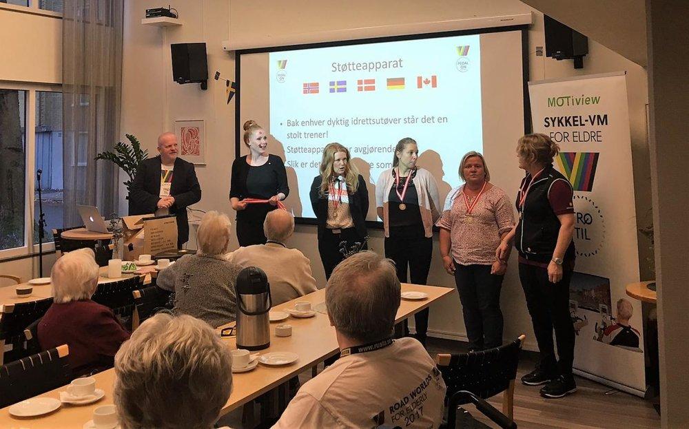 """STOLTE VINNERE: De ansatte på Resurscentrum i Karlstad ble kåret til beste støtteapparat under """"Sykkel-VM for eldre"""""""
