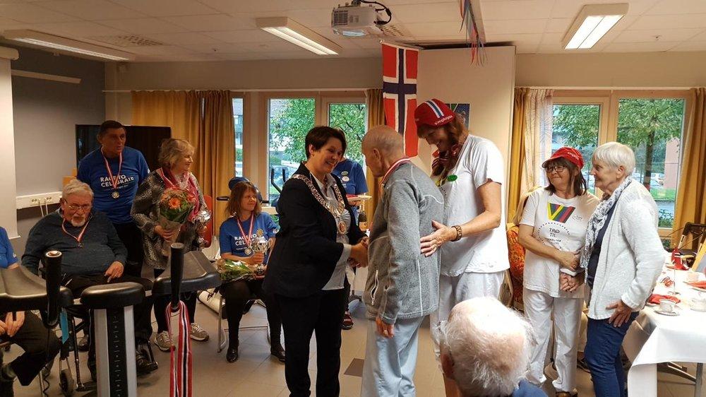 20 VERDENSMESTRE: Ordfører i Bergen, Marte Mjøs Persen, delte ut medaljer og pokal til verdensmestrene for lag, Løvåsen sykehjem.