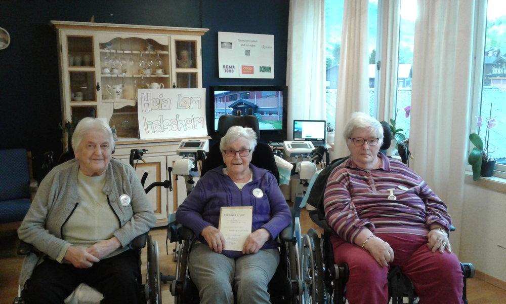 UKAS VINNERE: Marit (fv), Kristine og Mari ble ukesvinnere i sponsorkonkurransen på Lom helseheim og fikk gavekort på boller og kaffi hos bakeriet i Lom. (foto:privat)