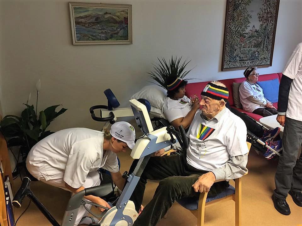 """VERDENS ELDSTE SYKLIST: Alf Oskar er """"Sykkel-VM for eldre"""" sin eldste deltaker med sine 103 år. Her sammen med aktivitør Aleksandra Majka."""