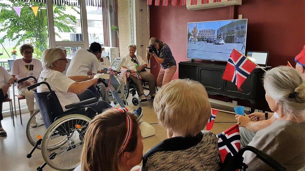 STOR STEMNING: På Filten serviceboliger i Drammen var det nasjonalsang, champis, kaker og mye mer. Åpningsfesten varte i tre timer til ende!