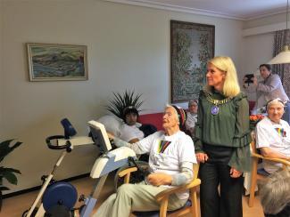 IMPONERT ORDFØRER: Ordfører i Stavanger, Christine Sagen Helgø, lot seg imponere av de ivrige syklistene på Domkirkens sykehjem i Stavanger