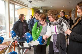 Delegasjonen fra Gaular fikk blandt annet se på treningsutstyret på Ulset Sykehjem
