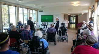 """Stor stemning på Knarvik sjukeheim under åpningen av """"Sykkel-VM for eldre"""""""