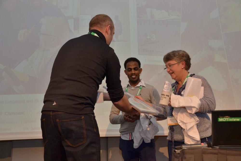 Torunn Brottveit fikk denne uken utdelt Motivasjonsprisen under Motivasjonskonferansen i Bergen. Her sammen med sykkelvert Daniel Asefaw Tesfamicheal.