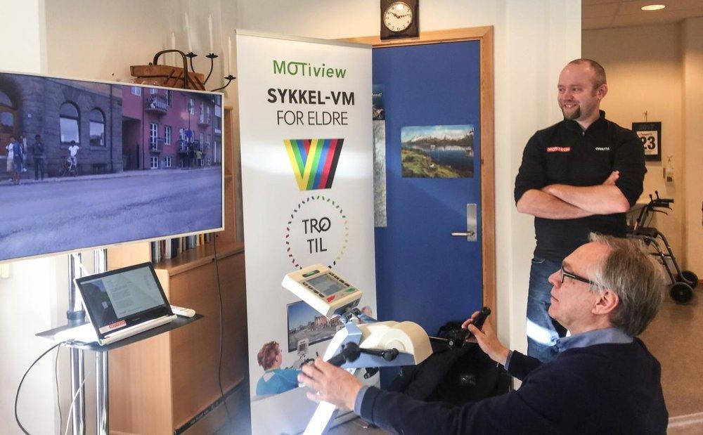 Sykkelpresident Harald Tiedemann Hansen fikk prøve seg som MOTiview-syklist. I bakgrunnen, daglig leder i Motitech, Jon Ingar Kjenes