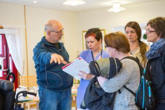 Elin Totland (midten) som deler sine erfaringer med helsearbeidere fra Gaular. Foto: Hanne Kristin Dypedal