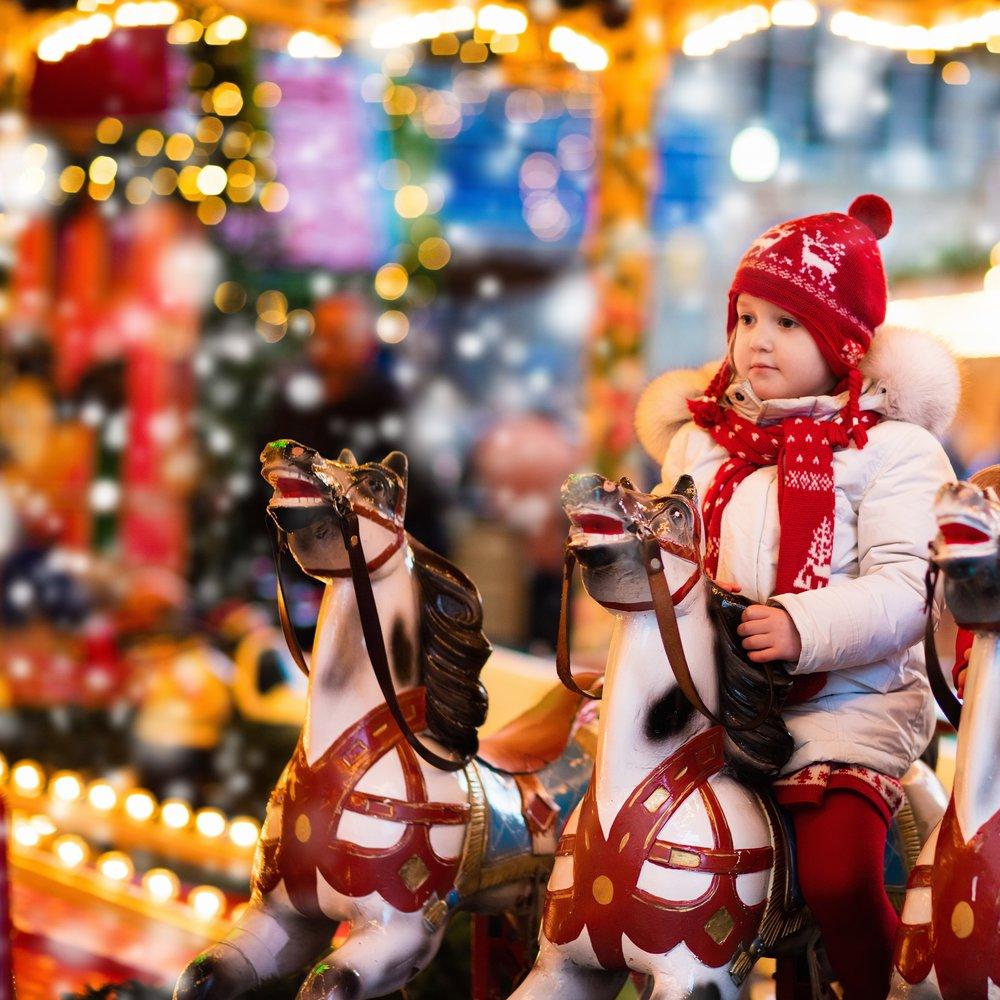 LE CARROUSEL - DATES : Tous les jours du 6 au 31 décembreLIEU : A l'entrée du Marché vers les jeux d'échecsPRIX :CHF 3.-Dans le coin des enfants près des yourtes et de la patinoire se trouve un magnifique carrousel à l'ancienne pour illuminer les yeux des tous petits.