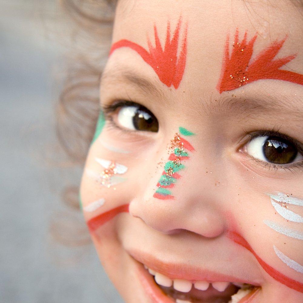 MAQUILLAGE POUR ENFANTS - DATES : Dimanche 9, 16, 23 et 30 décembreSamedi 15, 22 et 29 décembreMercredi 26 décembreJeudi 27 décembreVendredi 28 décembreTOUJOURS ENTRE 14H ET 17HLIEU :Yourte des enfants 1PRIX :CHF 5.-Luciana d'Un Instant Magique est une artiste du maquillage à l'aérographe qui va couvrir de couleur les visages des enfants.