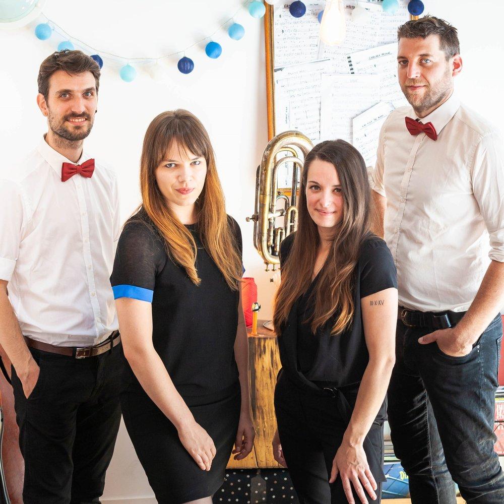 """THE DEERS -LES MEILLEURES XMAS SONGS - DATES : Jeudi 6 décembre à 18h pour l'INAUGURATION!Dimanche 22 décembre entre 18h et 21h30LIEU : Sur la grande terrasse du Chalet à Fondue et/ouSur la plate-forme du village des exposants""""The Deers"""" est un groupe de trois chanteurs et un guitariste reprenant les plus grandes chansons américaines de Noël. Cliquez sur l'image pour un petit avant-goût…"""