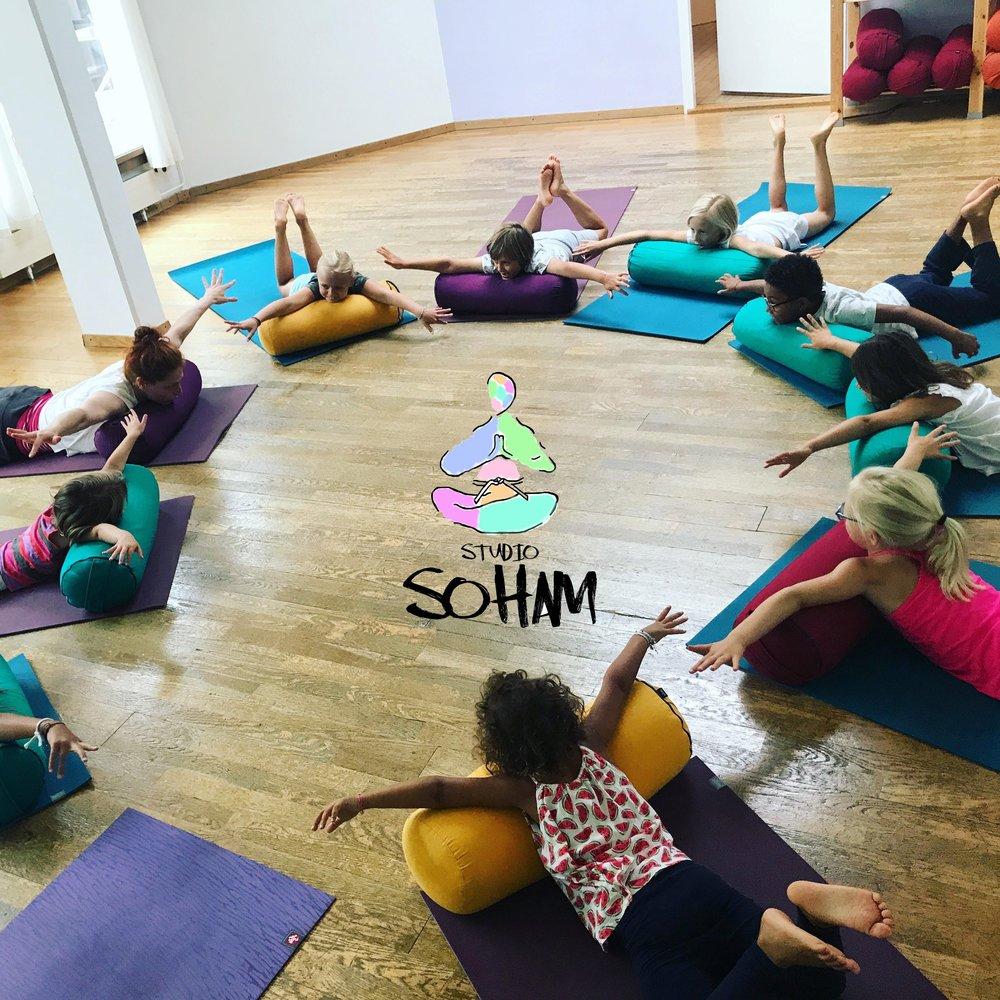 L'atelier du jour: YOGA & MOUVEMENT - DATES : Samedi 22 décembre entre 14h et 16hDimanche 30 décembre entre 13h et 15hLIEU :Yourte des enfants 2PRIX :Don volontaireSTUDIO SOHAM propose une initiation de 20 minutes au Yoga et Mouvement pour les enfants dès 4 ans.Bouger tout en s'amusant en prenant conscience de son corps, de sa respiration et de l'autre.N'hésitez pas à nous rejoindre et pensez à mettre des vêtements confortables.