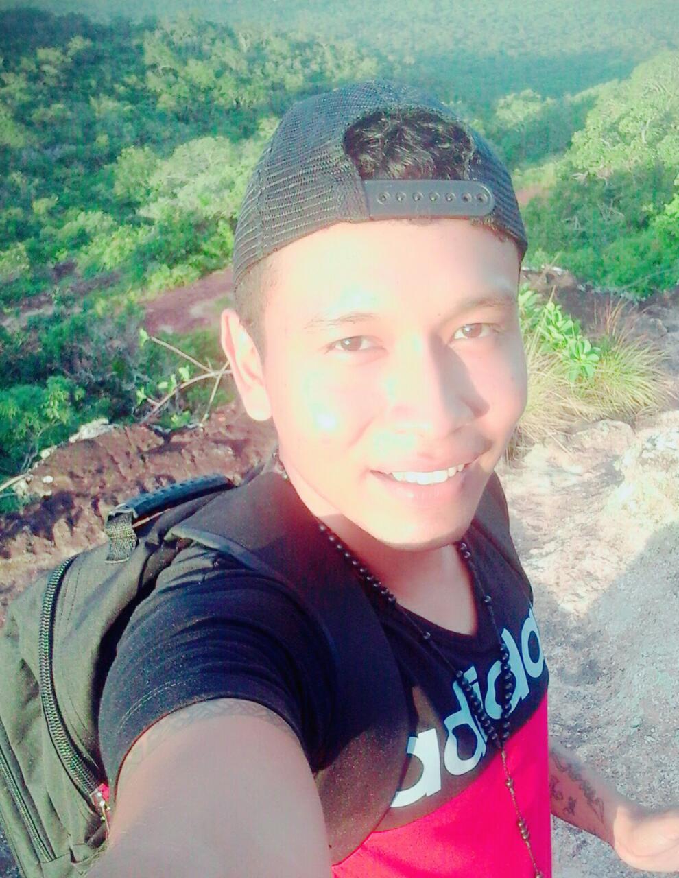 Mi nombre es Alex Richard Moreno...de San Jose de Chiquitos, estudio en la escuela taller en construcción civil, estudie electricidad en mis tiempo libres me gusta jugar futbol y soy Dj 😌!!