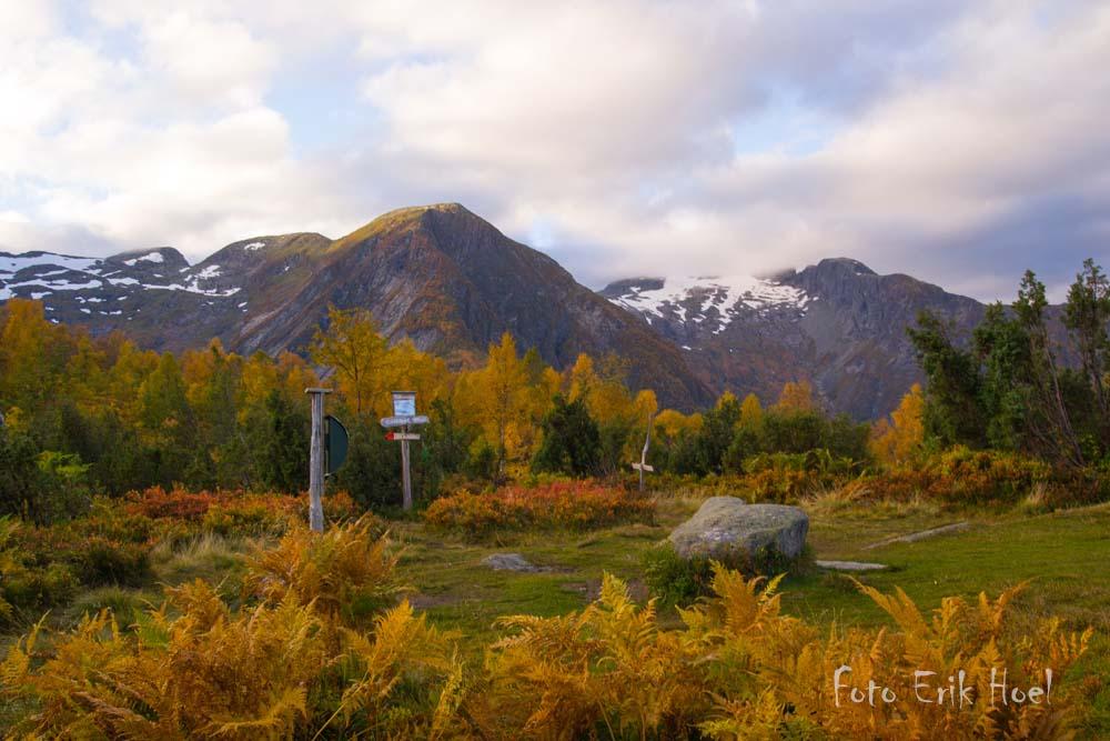Klukshaug med utsikt mot Esefjella