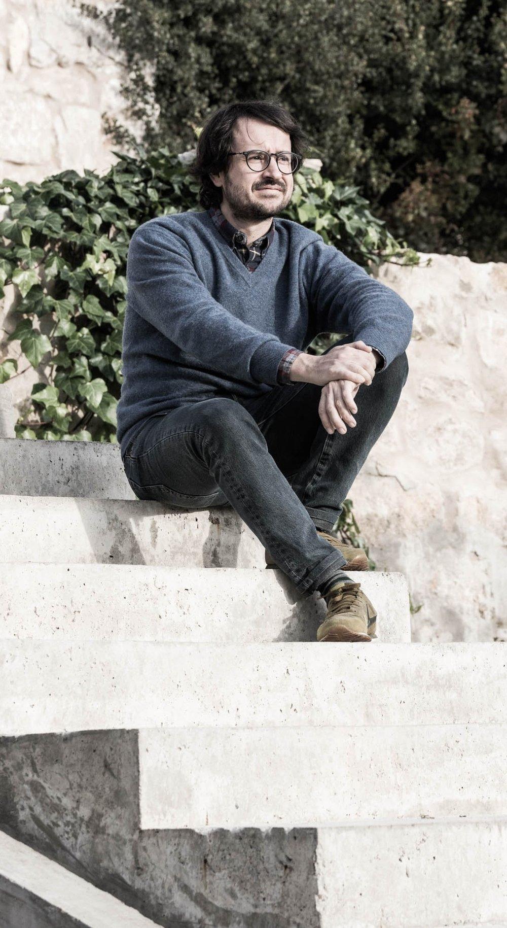 """GONZALO MORILLO - """"El entorno está presente a nuestro alrededor permanentemente, pero es únicamente cuando el hombre se rodea de belleza y sentido común cuando su mundo interior toma forma, ya que las piezas espíritu y naturaleza, encajan"""".-Ingeniero Forestal + Máster en PaisajismoSocio director y fundador, Gonzalo es ingeniero forestal (UPM) y paisajista por vocación. Comenzó su carrera aprendiendo de los clásicos en Bélgica para después desarrollar una vertiente más contemporánea en España a las órdenes de Fernando Caruncho durante más de cinco años como Jefe de Proyectos, trabajando en localizaciones tan diversas como Inglaterra, Estados Unidos, Nueva Zelanda, Qatar, Arabia Saudí, Emiratos Árabes, Italia, Francia, Grecia, Suiza y Bélgica, además de múltiples localizaciones en España. Con la gran experiencia adquirida lanza su carrera en solitario en 2011 formando un estudio multidisciplinar propio que satisface la necesidad de una aproximación integral a los proyectos de paisajismo y que concluye en la actualidad con la formación de Locus Landscape Architecture junto a sus socios Luisa Olazabal y Luis Ojeda.-Forestry Engineer + Master's degree in LandscapingManaging partner and founder, Gonzalo is a Forestry engineer (UPM) and has a vocation for landscaping. He began his career learning from the classics in Belgium, and then he developed a more contemporary side back in Spain under Fernando Caruncho as a Project Manager for over five years. He has worked in locations as diverse as London, Cotswolds, Ensenada, San Diego, Auckland, Lugano, Rome, Siena, Florence, Biarritz, Spetses, Qatar, Abu Dhabi and Ryadh, in addition to many other places in Spain. With all that great experience, he launched his solo career in 2011 forming his own multidisciplinary studio in order to meet this need for a comprehensive approach to landscaping projects, which has currently concluded with the creation of Locus Landscape Architecture together with his partners Luisa Olazábal and Luis"""