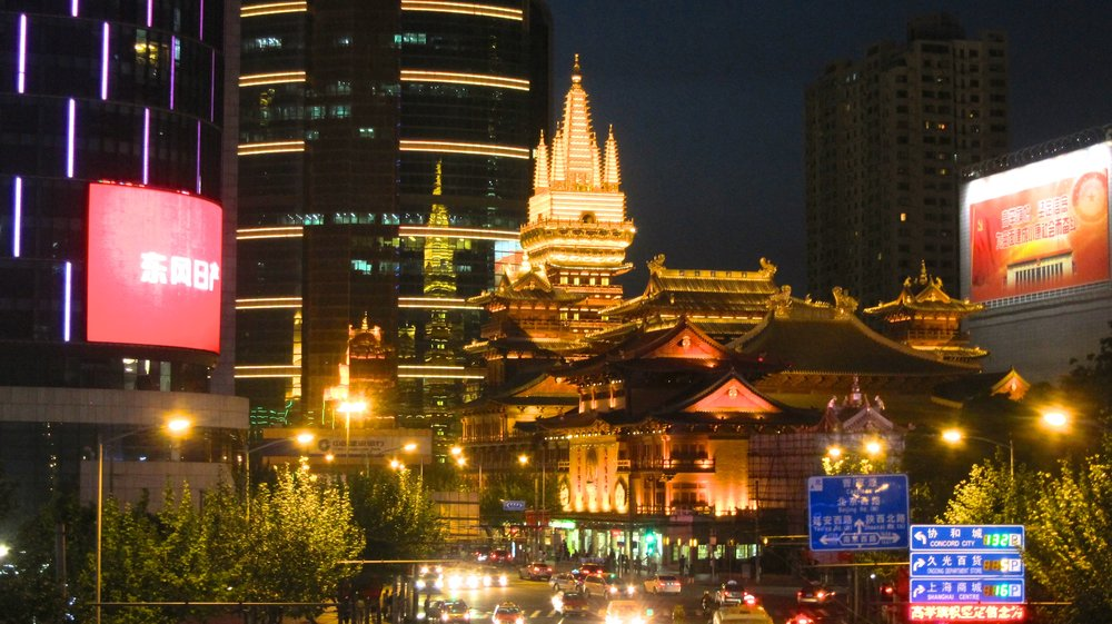 Jing'an Temple at night.