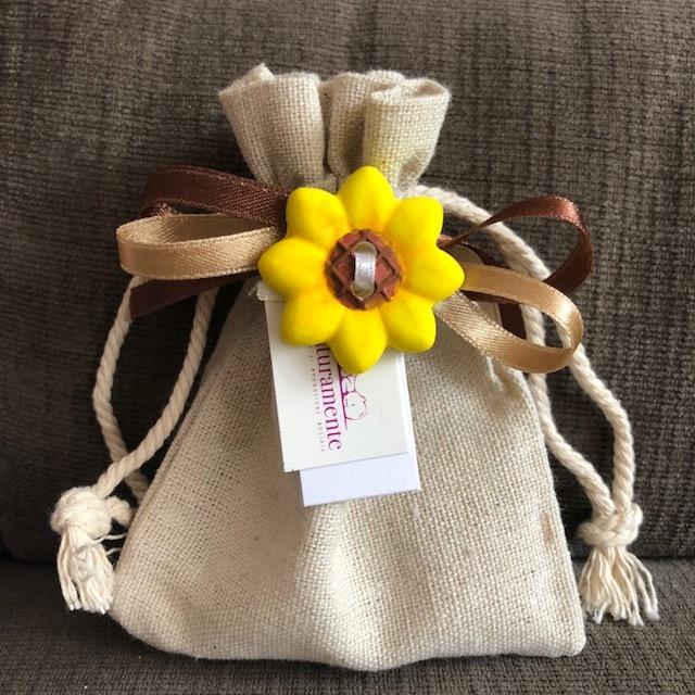 Sacchetto juta naturale - Un sacchetto semplice in juta, colore bianco naturale, decorato con gessetto e nastri.