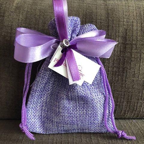 """Sacchetto viola prematuramente - Il nostro sacchetto di """"rappresentanza"""" è un sacchettino viola che vuole ricordare il colore della prematurità; decorato con charms portafortuna e nastri."""