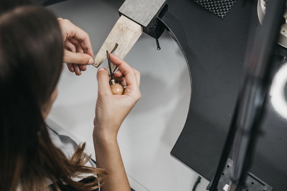 - MIL Jewellery é uma marca de joalharia contemporânea com um sentido estético único, inspirado nas formas geométricas, no minimalismo e em padrões. Todas as suas coleções são a combinação de modernidade e manualidade, expressas a partir de linhas simples e elegantes.O nosso estúdio é localizado na vila da Nazaré, Portugal, onde todas as coleções são produzidas a partir de técnicas manuais e tradicionais, usando materiais amigos do ambiente.