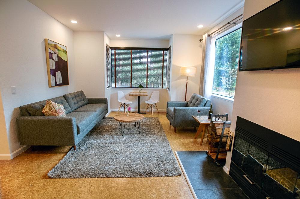 Room_102_Livingroom02.jpg