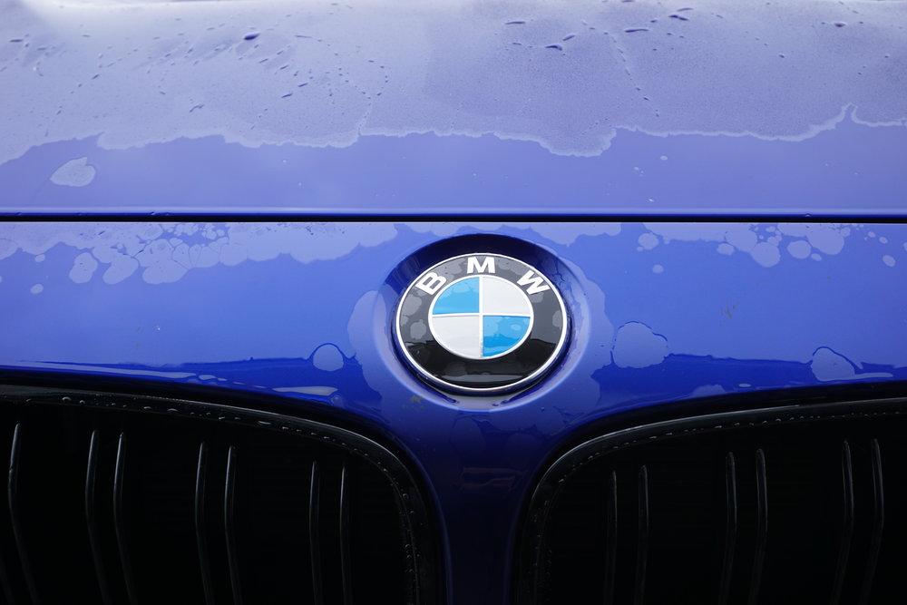 When the matte paint gets wet, it transform into the gloss blue color.