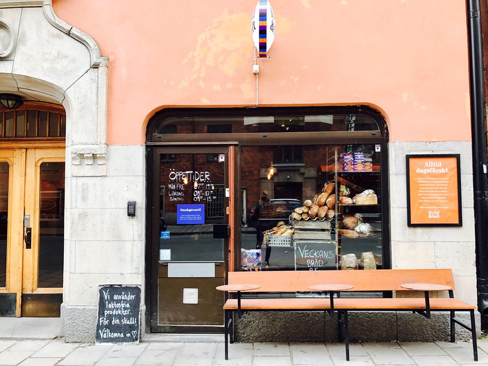 Birkagatan 15   Adress:  Birkagatan 15, 120 61 Stockholm  Telefon:  072-251 72 09  E-post:   birka@brodsalt.se   Öppettider:  Måndag - Fredag:  07.00 - 19.00  Lördag:  08.00 - 17.00  Söndag:  09.00 - 15.00     Hitta Hit
