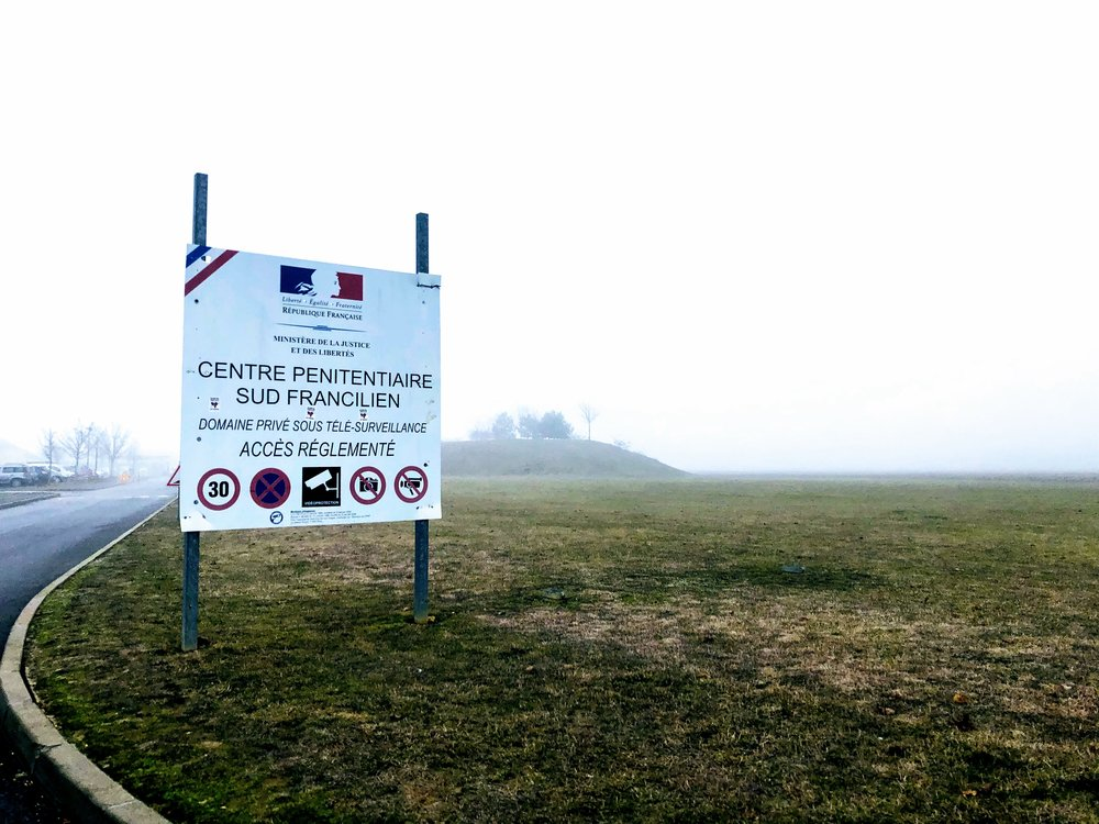 Situé à 50 km au sud de Paris, le centre de détention Sud Francilien a ouvert ses portes en 2011. Il s'agit d'un centre pour personnes condamnées à de longues peines, d'une capacité de 448 places pour hommes et de 89 places pour femmes.
