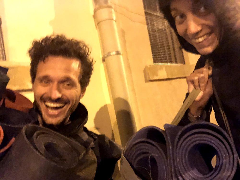 Transport des tapis de yoga pour notre cours hebdomadaire avec des réfugiés! Ce soir là, il faisait froid, il pleuvait et personne n'est venu en classe. Certains jours ont été un peu difficiles, mais nous avons essayé de rester soudé pour mieux les affronter!