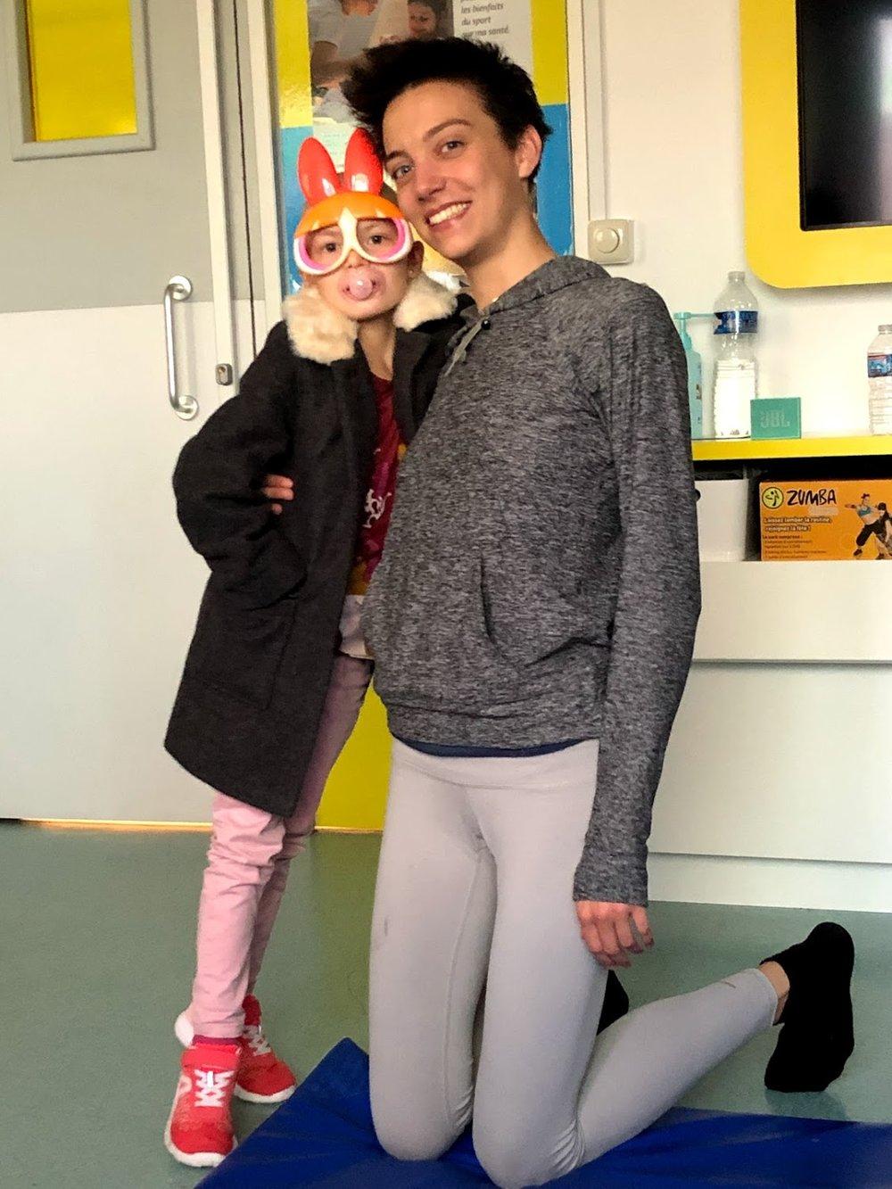 Lola et Charlotte à l'hôpital pour enfants La Timone à Marseille. Tous les mercredis, nous rendions visite à Lola et aux autres enfants pour leur partager des pratiques de méditation, visualisation et respiration. L'enthousiasme de cette petite fille était édifiant.