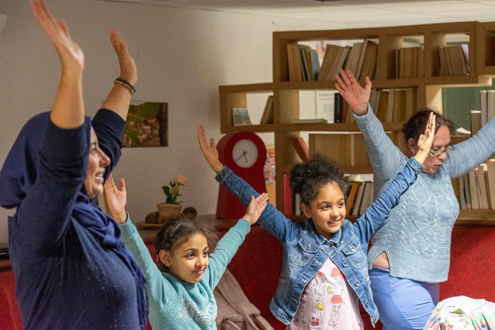 Najoua, ses filles et Madeleine pendant l'un de nos cours à la résidence d'accueil Le Moulin.