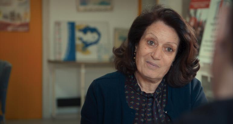 KHADIJA CHERIF    SOCIOLOGUE ET EX-PRÉSIDENTE DE L'ASSOCIATION TUNISIENNE DES FEMMES DÉMOCRATES      Khadija Chérif, née à La Marsa, est une socio- logue et féministe tunisienne. Enseignante en sociologie, elle est aussi militante des droits de l'homme et des droits des femmes, active depuis 1982 à la Ligue tunisienne des droits de l'homme, ce qui lui a valu quelquefois d'être agresséesous le régime de Zine el-Abidine Ben Ali, ou d'être soumise à des écoutes, des latures, des convocations à répétition, des con scations depasseports. Khadija n'a jamais porté le voile, ni revendiqué l'Islam pour conduire sa mission, bien au contraire. Elle est démocrate, républicaine et laïque. Elle est au cœur de la société civile tunisienne qui se bat depuis quarante ans pour que le pays change. Le 13 mars 2001, alors dirigeante de l'Association tunisienne des femmesdémocrates (ATFD) et membre du ConseilNational des Libertés en Tunisie, elle a été agressée à la sortie du tribunal de Tunis par des agents de sécurité qui lui ont pris des documents par la force. Le 1er mars, elle avait été battue et insultée en face du siège du CNLT par des agents de sécurité pour empêcher la réunion du CNLT. Tous ceux qui ont été maltraités sous la dictature de Ben Ali sont redevables à Khadija Chérif. Toutes les familles des victimes se souviennent que durant la terreur, sa porte était une des rares à demeurer ouverte. Sa famille et ses amis tremblaient, d'aucun l'a supplia de tout laisser tomber. Peine perdue. «  C'est injuste ! En vérité il faut faire quelque chose !  » Puis larévolution vint et Khadija put en n respirerlibrement et militer sereinement. Lorsque le premier Chef du gouvernement de la première République annonça la composition de son équipe, personne n'osa y croire : Khadija, Ministre de la femme, de la famille et de l'enfance ! Inouï !    Hélas, au lendemain de l'annonce, le parti Ennahdha faisait savoir qu'il ne voterait pas l'investiture. Le chef du gouvernement fut contraint de dé