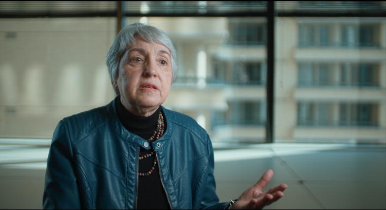 ELEANOR SMEAL    PRÉSIDENTE, FEMINIST MAJORITY      Eleanor Smeal, née en Ohio, est une militante féministe, analyste politique et lobbyiste améri- caine. D'origine italienne, son père a émigré de Calabre, en Italie et est devenu vendeur d'assu- rance. Après avoir obtenu son diplôme de la Strong Vincent High School en 1957, Eleanor Smeal asuivi des cours à l'Université Duke. À l'époque, lesfemmes ne représentaient que 25 % des étudiants inscrits. Elle a participé à la lutte pour l'ouverture de l'Université Duke aux femmes et obtenu un PhiBeta Kappa (prestigieux club pour les étudiants brillants) en 1961. Elle est également titulaire d'unemaîtrise en sciences politiques de l'Université deFloride et d'un diplôme honori que de doctorat endroit de l'Université Duke. Elle rejoint la NationalOrganization for Women (NOW) en 1970 et en a étéla présidente de 1977 à 1982 et de 1985 à 1987. Durant cette période, elle a organisé la première marche nationale pour les droits à l'avortement qui a attiré plus de 100 000 militants à Washington. Après avoir quitté NOW en 1987, Eleanor ressent la nécessité d'une nouvelle organisation féministe qui allie la recherche, la sensibilisation par l'éducation et l'action politique. Elle est la fondatrice et présidente de la Feminist Majority Foundation. Elle intervient régulièrement à la télévision et la radio et témoigne devant le Congrès sur des questions féminines. Elle organise de nombreux événements et fait des discours sur les principes du féminisme, l'égalité et les droits de l'homme aux États-Unis et à l'étranger. Depuis 2001, Eleanor Smeal est également l'éditeur du magazine féministe Ms. qui est détenu et publié par la Feminist Majority Foundation.    Elle a fait campagne pour combler l'écart salarial entre les hommes et les femmes et milité pour que la sécurité sociale et les pensions soient plus équitables pour les femmes. Ses activités ont dépassé les frontières et se sont étendues au niveau mondial lorsqu'en 1997 elle lance la C
